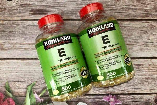Bạn có thể vừa uống vừa bôi trực tiếp Vitamin E Kirkland Signature lên da.